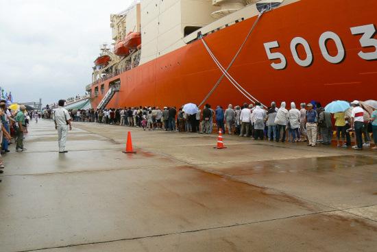 100911 南極観測船しらせ入場の行列1