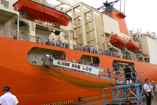 100911 南極観測船しらせ2