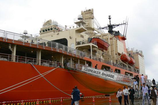 100911 南極観測船しらせ1