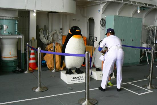 100911 等身大のぬいぐるみペンギン