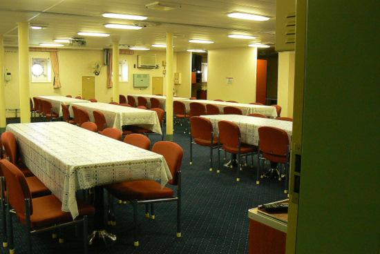 100911 南極観測船しらせ食堂室