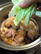 鶏肉の皮目がこんがり焼けたらキャベツを投入