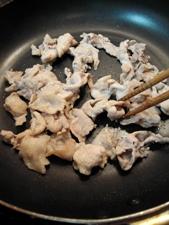 火の通りにくい豚肉はあらかじめ炒めておきます
