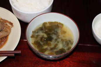 ワカメと玉ねぎの味噌汁