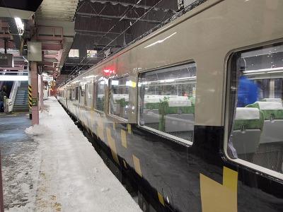 雪が積もる盛岡駅に到着