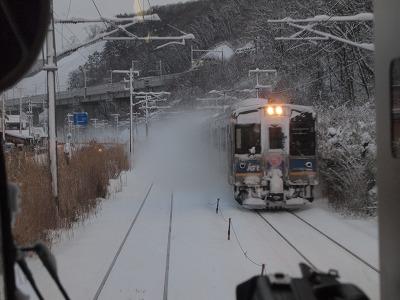 雪煙を上げる電車