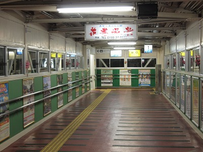 昭和の雰囲気を感じさせる跨線橋