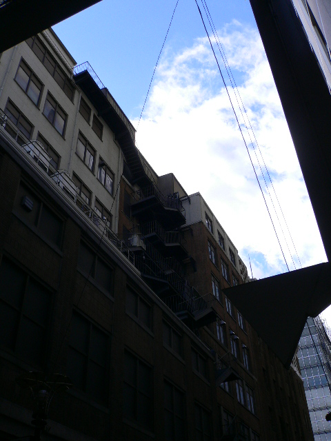 大丸心斎橋店から見上げた空。