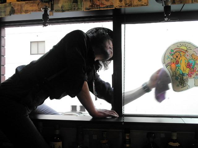 窓拭きに余念が無いかきさき氏(苦笑)