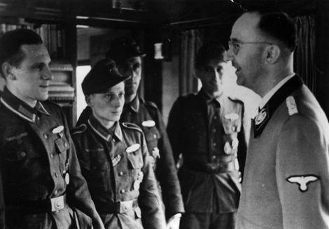 Heinrich Himmler_Cberreicht_die_Goldene_Nahkampfspange