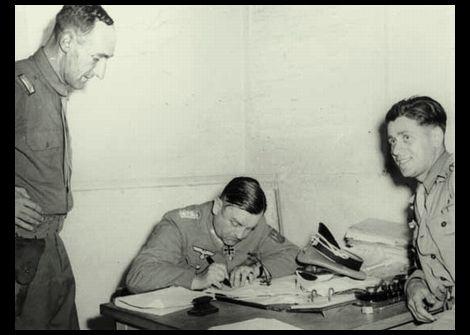 降伏文書に調印するコルティッツ