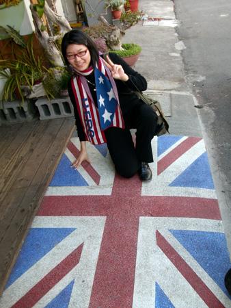 剛好帶了米國的圍巾XD