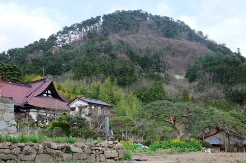 要害山と手前の積翠寺