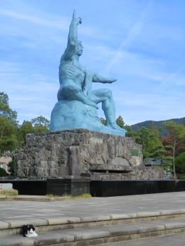 平和祈念像と猫