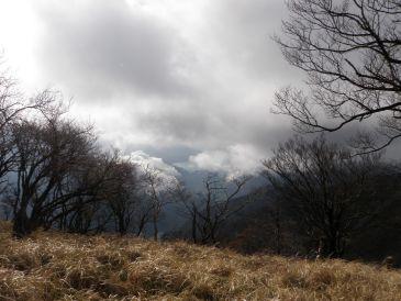 0911丹沢山雲の向こうに富士山