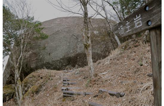 坊主岩に残る弾痕