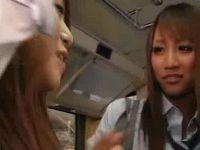 JKギャル痴女二人に逆ナンされバスの座席でセックスする