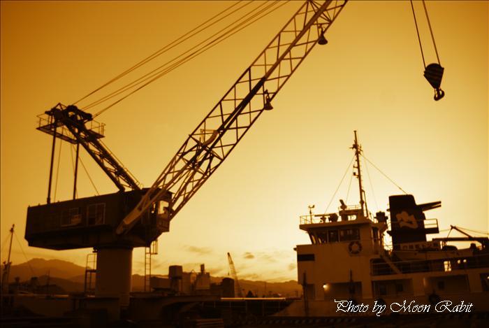 西条市と石鎚山 西条港から見た夕暮れの石鎚山 愛媛県西条市新堀下・北浜下から 2009年12月4日