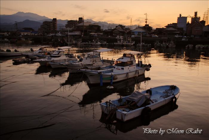 西条市と石鎚山 漁港と夕暮れの石鎚山 愛媛県西条市新堀下・北浜下から 2009年12月4日