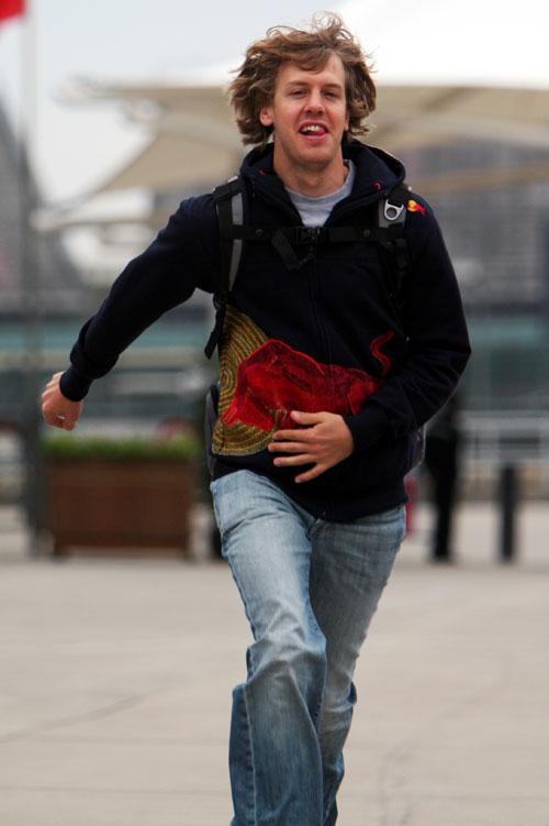 パドックを駆けていくセバスチャン・ベッテル(中国GP/上海、2010年4月15日)
