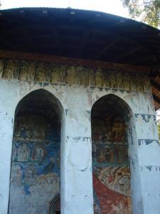 フモール修道院入口外観