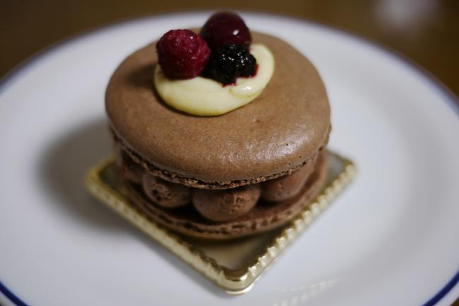 ミックスベリーとショコラのマカロンケーキ
