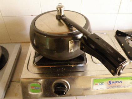 圧力鍋1400ルピー