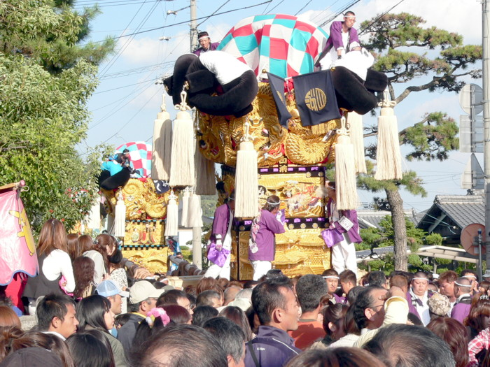 八旛神社へ向かう白浜太鼓台