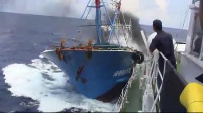 衝突する中国漁船
