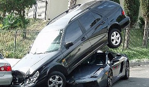 car_crash_gallardo_parked_under_another_car_01.jpg
