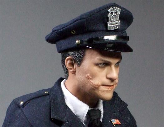 ジョーカー警官変装顔右側面