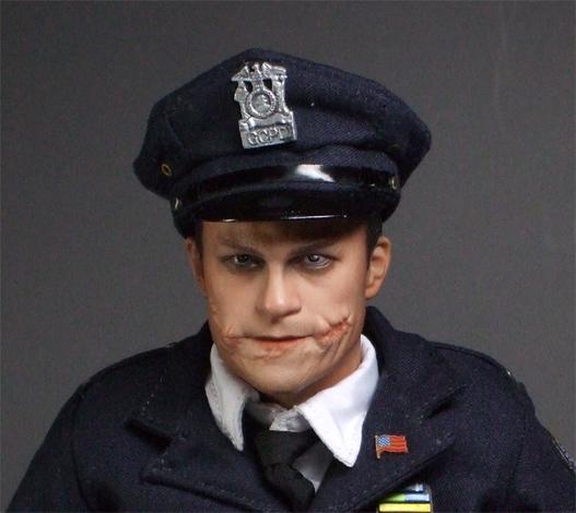 警官ジョーカー正面