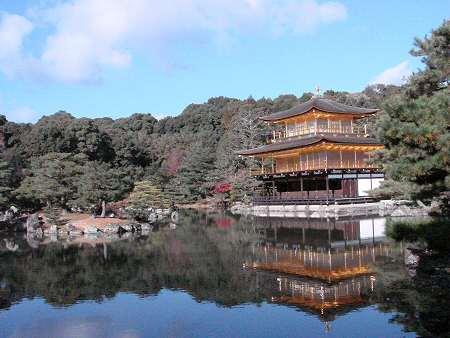 池にうつる金閣寺