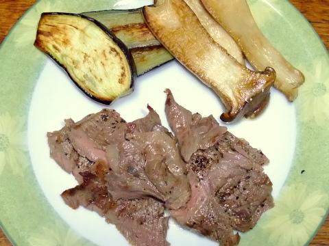 もも肉のステーキとナスとエリンギのソテー