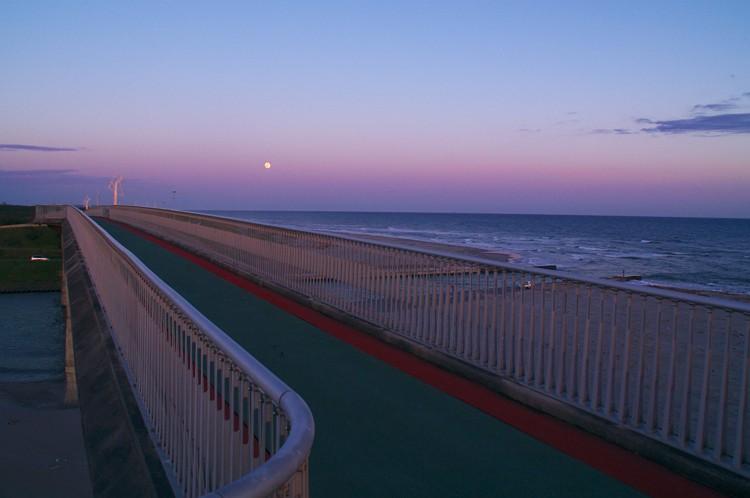 潮騒橋の蒼い夕景