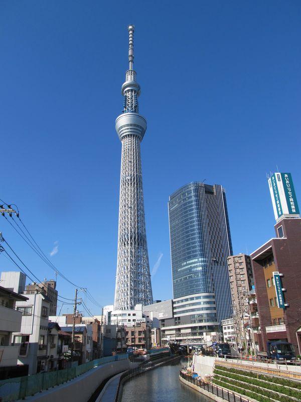東側の西十間橋から見た東京スカイツリー。右手前の高層ビルはオフィスビルの東京スカイツリーイーストタワー。