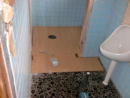 某寮のトイレ壁タイル補修
